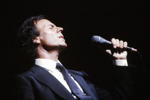Spanish singer Julio Iglesias performs, on January 9, 1985 at the Rex music hall in Paris.   AFP PHOTO PIERRE VERDY / AFP PHOTO / PIERRE VERDY