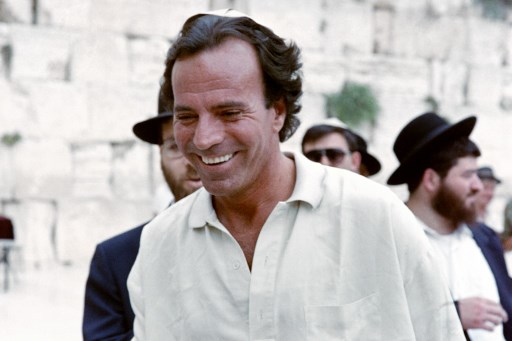 singer Julio Iglesias, in Israel as a part of his world tour, smiles after visiting the Western Wall Jerusalem's Old City on July 29, 1988.  AFP PHOTO FEINBLATT / AFP PHOTO / FEINBLATT