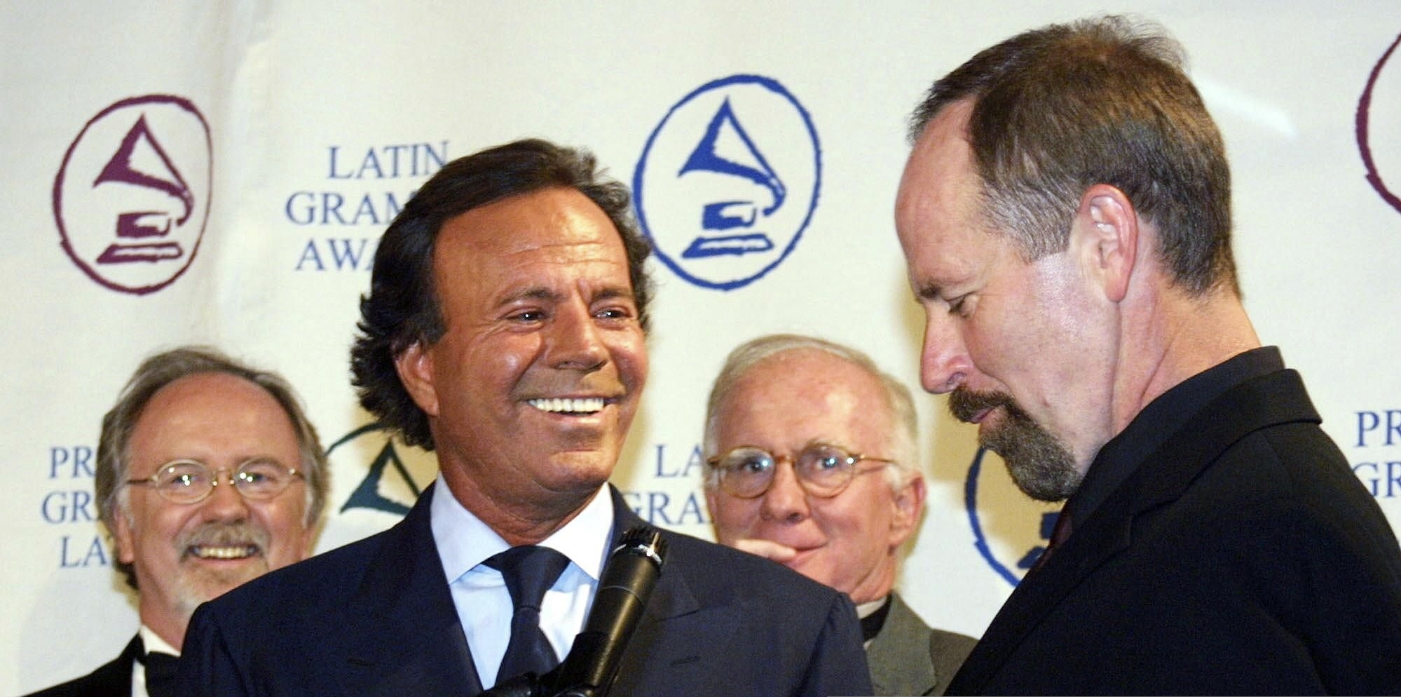 BEVERLY HILLS, UNITED STATES: Spanish singer Julio Iglesias (2nd L) is presented the Latin Academy of Recording Arts and Sciences Person of the Year Award by Acdademy President Michael Greene (R) prior to a gala tribute dinner 10 September, 2001 in Beverly Hills, CA. The Latin Grammys will be presented 11 September. AFP PHOTO/LEE CELANO (Photo credit should read LEE CELANO/AFP via Getty Images)